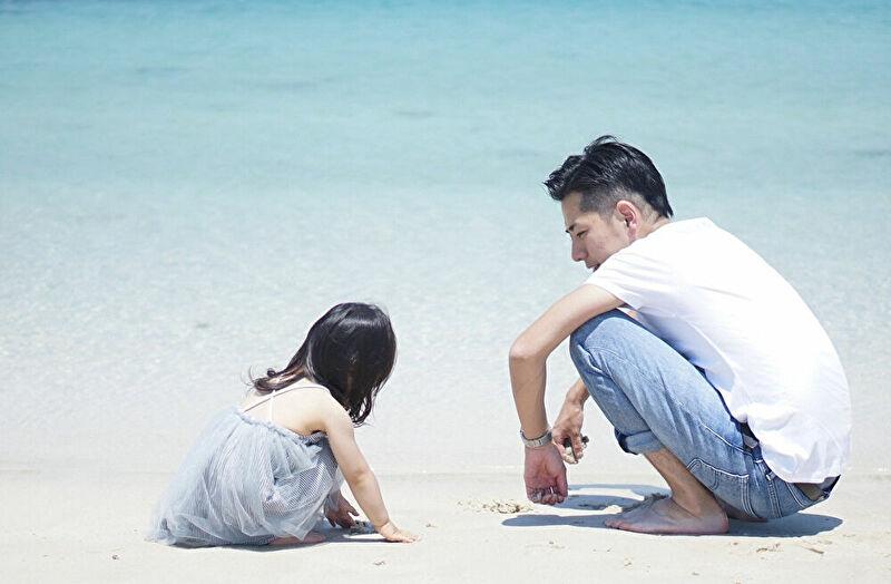 子供と遊ぶパパ