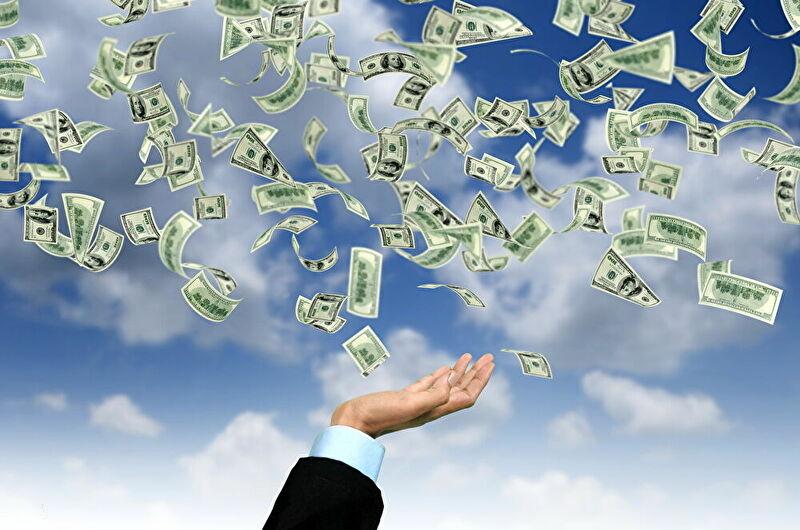 お金が宙を舞ってる画像